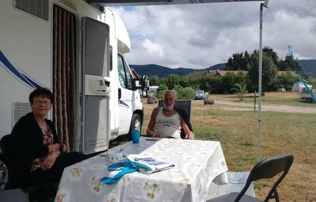 Un couple de Vosgiens heureux de la découverte du tranquille camping le moins cher de France, La Bergereine à Mélisey (Haute-Saône).