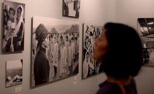 Ce sont des images en noir et blanc capturées sur le vif dans les camps de Gaza, de Jordanie ou du Liban. Visages studieux ou facétieux, graves ou inquiets. A l'école, à l'atelier, au dispensaire.