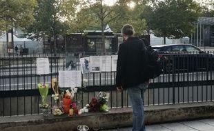 Des fleurs ont été accrochées aux abords du centre commercial des Trois Soleils à Rennes, où Cyril, un SDF retrouvé mort lundi, avait l'habitude de s'asseoir.