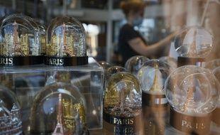 Le souvenir obligatoire des vacances à Paris : la boule à neige. (illustration)