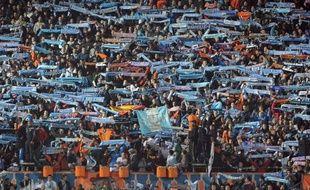 Trois supporteurs du club de football de l'Olympique de Marseille ont été condamnés à une lourde peine d'interdiction de stade après des incidents lors de la rencontre de 1re journée de Ligue 1 à Reims, a-t-on appris jeudi de source judiciaire.