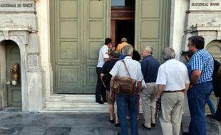Des gens font la queue pour entrer dans une banque à Athènes le 20 juillet 2015