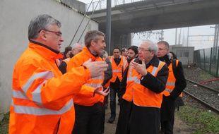 Yves Ramette, directeur gÈnÈral du gestionnaire díinfrastructure unifiÈ (GIU) RFF-SNCF et Alain Krakovitch, directeur du Transilien, font visiter le chantier de reconstruction du poste des Ardoines ‡ Jean-Paul Huchon, prÈsident du conseil rÈgional ce mercredi 7 janvier.