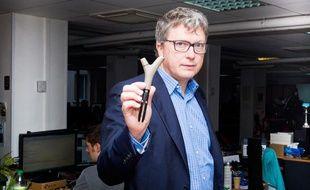 Le 24 septembre 2013, Henry Seydoux, PDG de la société Parrot spécialisée dans les produits high-tech présente le Flower Power.