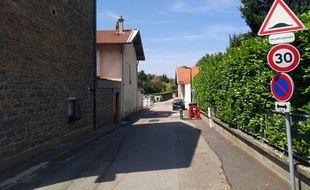 Une rue dotée d'un ralentisseur (illustration).