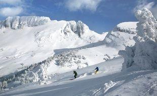 Les amateurs de glisse parcourent les étendues blanches et préservées du domaine skiable.