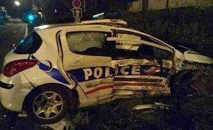 Le véhicule de police accidenté.