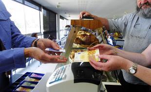 Illustration d'un échange de billets dans un commerce.