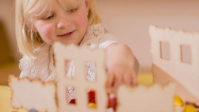 Une petite fille devant un des jeux de construction Kojo.