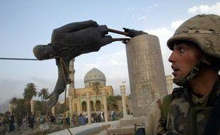 Un soldat américain près du déboulonnement d'une statue de Saddam Hussein, le 9 avril 2003, à Bagdad (Irak).