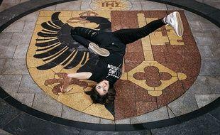 Originaire de Béziers, Minzy est une jeune breakeuse membre des Flying Steps.