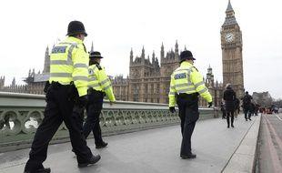 Des policiers britanniques sur le pont de Westminster
