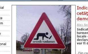 """Capture d'écran du site Evenimentulzilei.ro. Panneau de signalisation """"Attention, piétons ivres"""", érigés dans la ville de Pecica, en Roumanie."""
