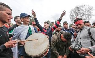 Des jeunes manifestants contre la nouvelle candidature de Bouteflika, vendredi 8 mars.