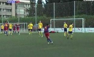L'arrière droit des jeunes du FCBarcelone marque alors que le gardien adverse est au sol, le 3 avril 2011, à Barcelone.