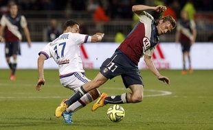 Le Girondin Clément Chantôme (à d.), à la lutte avec le Lyonnais Steed Malbranque, le 16 mai 2015 lors de Lyon-Bordeaux. (AP Photo/Laurent Cipriani)/CIP106/560929098051/1505162253