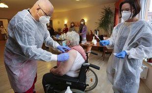 Une centenaire allemande a été vaccinée contre le covid-19 en Allemagne le 26 décembre 2020