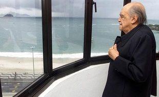 L'architecte brésilien, Oscar Niemeyer, dans son bureau de Copacabana, à Rio de Janeiro, le 27 juillet 2001.