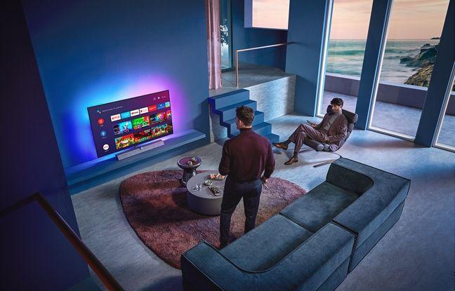 Le nouveau téléviseur OLED935 de Philips et sa barre de son Bowers & Wilkins intégrée.
