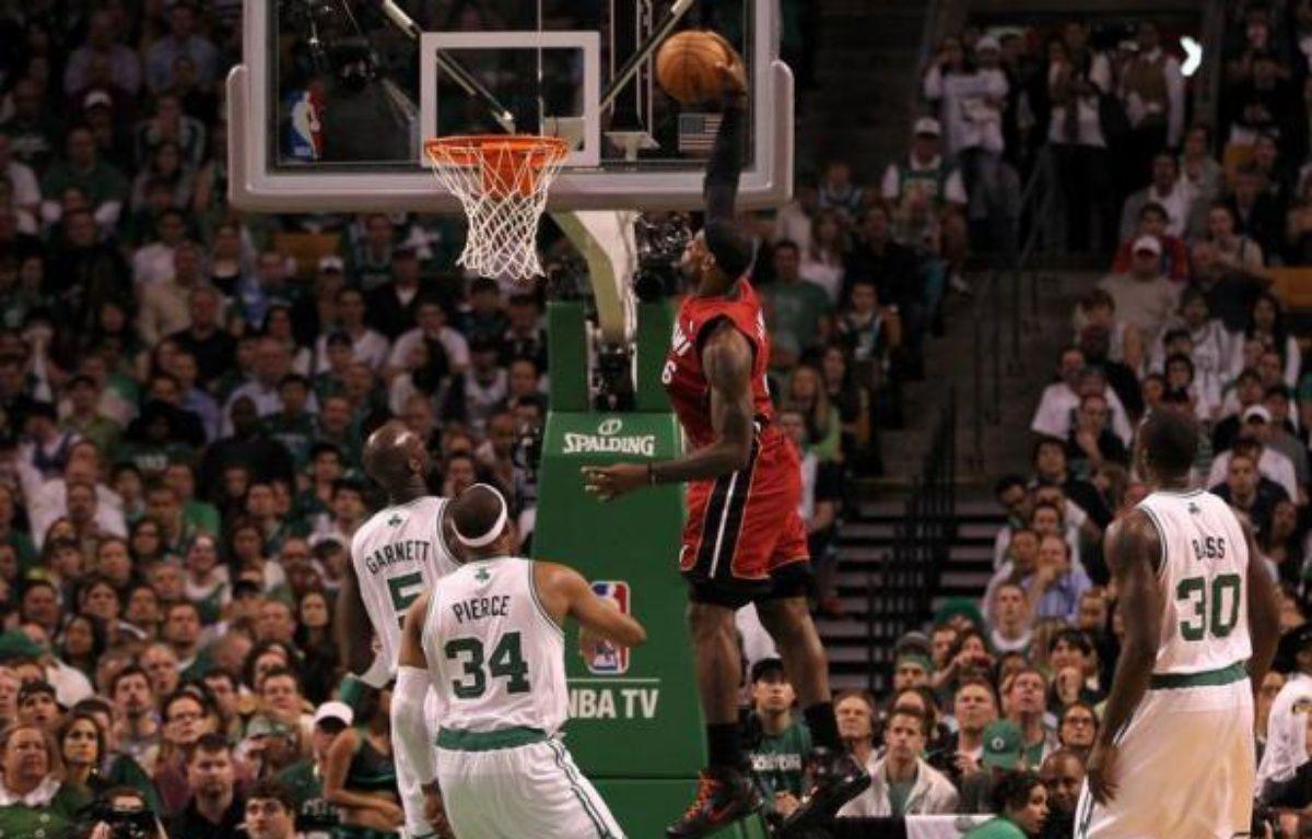 Un LeBron James monumental avec ses 45 points, 15 rebonds et 5 passes décisives a permis à Miami de s'imposer jeudi à Boston (98-79) et de s'offrir un match décisif à domicile, samedi, qui décidera de l'identité de l'adversaire d'Oklahoma City en finale NBA. – Jim Rogash afp.com