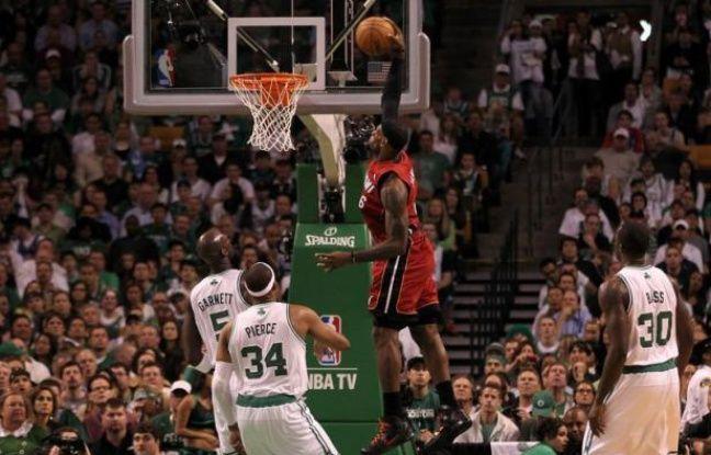 Un LeBron James monumental avec ses 45 points, 15 rebonds et 5 passes décisives a permis à Miami de s'imposer jeudi à Boston (98-79) et de s'offrir un match décisif à domicile, samedi, qui décidera de l'identité de l'adversaire d'Oklahoma City en finale NBA.