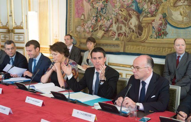 Le ministre de l'Economie Emmanuel Macron, Véronique Bedague, le Premier ministre Manuel Valls, le ministre de l'Intérieur Bernard Cazeneuve, le 28 mai 2016 à Matignon.