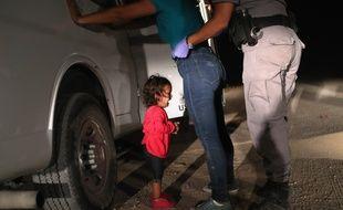 Une migrante du Honduras arrêtée avec sa fille de deux ans à la frontière mexicaine, au Texas, le 12 juin 2018.