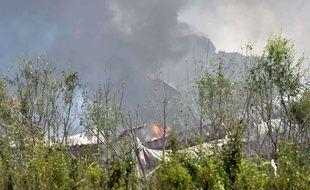 Des fumées s'échappent du site des explosions à Tianjin, en Chine, le 13 août 2015.