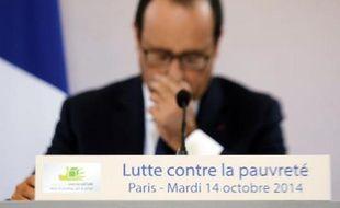 Le président français François Hollande participe à une table ronde à Paris avec des associations caritatives le 14 octobre 2014
