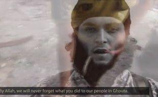 Capture d'écran d'une vidéo de propagande montrant le djihadiste identifié comme étant Mickaël Dos Santos à 6'50''