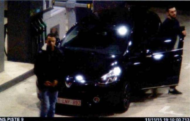 Capture d'écran sur une vidéo de controle de Salah Abdeslam et Mohammed Abrini, auteurs présumés des attentats de Paris, sortant d'un véhicule à une station service le 11 novembre 2015 à Ressons au nord de Paris