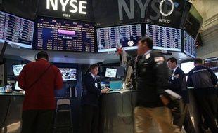 La Bourse de New York a terminé en hausse jeudi, à l'issue d'une séance indécise, l'optimisme l'emportant chez les courtiers en dépit d'un chiffre immobilier en demi-teinte et de résultats d'entreprises préoccupants: le Dow Jones a gagné 0,20% et le Nasdaq 0,15%.