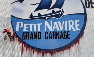 Action de Greenpeace contre la conserverie de Petit Navire à Douarnenez (Finistère), le 23 mai 2016.