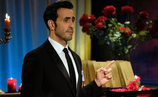 Jonathan Cohen campe Marc dans la parodie de téléréalité « La Flamme ».