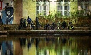 Des consommateurs de crack sur la place Stalingrad, dans le 19e arrondissement de Paris