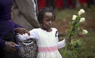 Une petite fille rend hommage à son oncle décédé dans l'attaque du Westgate, à Nairobi, le 21 septembre 2014.