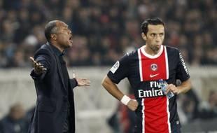 L'attaquant du PSG Nenê (premier plan) et son entraîneur Antoine Kombouaré, le 20 novembre 2011 au Parc des Princes.