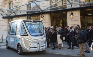 Navya présente son véhicule électrique sans chauffeur à Paris, le 30 septembre 2015.