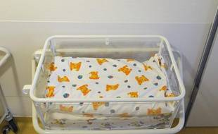 Un lit de nourrisson vide dans une maternité.