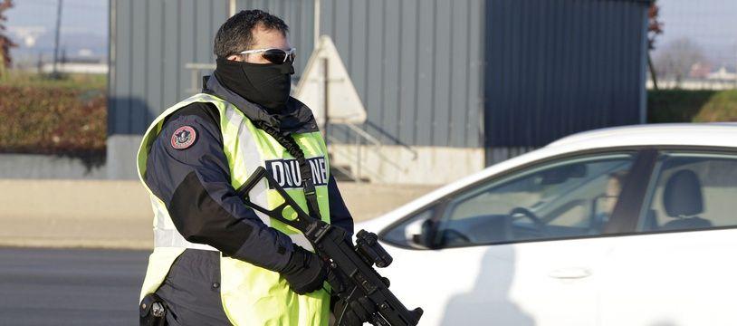 Un douanier lors d'un contrôle dans les Hauts-de-France (illustration).