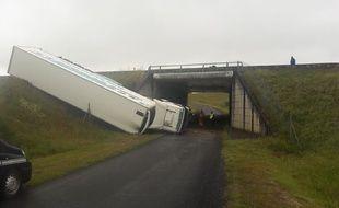 Un poids lourd a fait une chute depuis l'autoroute A20 à Cuzance dans le Lot, le 6 juin 2018.