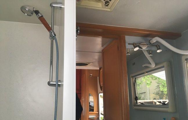 Le camping-car de l'association la Bulle, qui abrite une douche et des toilettes à destination des sans-abri.
