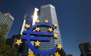 Le logo de l'Euro face au bâtiment de la Banque Centrale Européenne à Francfort le 5 septembre 2013