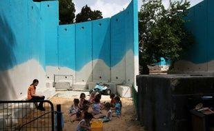 Des enfants dans une crèche israélienne du kibboutz Yad Mordechai, proche de Gaza, protégés des tirs de roquette par d'immenses murs de béton, le 28 juin 2015