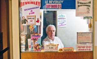 Le dernier cinéma porno de Paris, situé dans le 2e, tente de survivre en diversifiant ses activités et accueille par exemple des humoristes le vendredi.