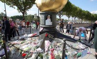 Des badauds, des touristes, quelques admirateurs et de nombreux journalistes: ils étaient quelques dizaines, vendredi matin près du pont de l'Alma à Paris, à s'être rassemblés à l'occasion du dixième anniversaire de la mort de la princesse Diana.