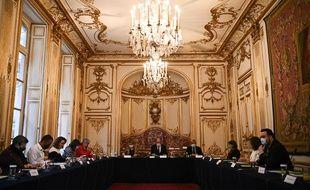 Des membres du gouvernement lors d'une rencontre avec des citoyens de la Convention climat, le 30 septembre à Matignon.
