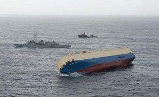 """Photo fournie par la Marine nationale le 29 janvier 2016 du cargo """"Modern Express"""" à la dérive le 28 janvier 2016 dans le Golfe de Gascogne"""
