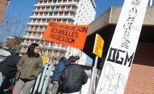 Plusieurs dizaines de militants anti-OGM ont occupé mardi pendant huit heures la Direction régionale de l'agriculture à Toulouse pour exiger l'interdiction immédiate du MON810, le maïs transgénique du géant américain Monsanto, a constaté un journaliste de l'AFP.
