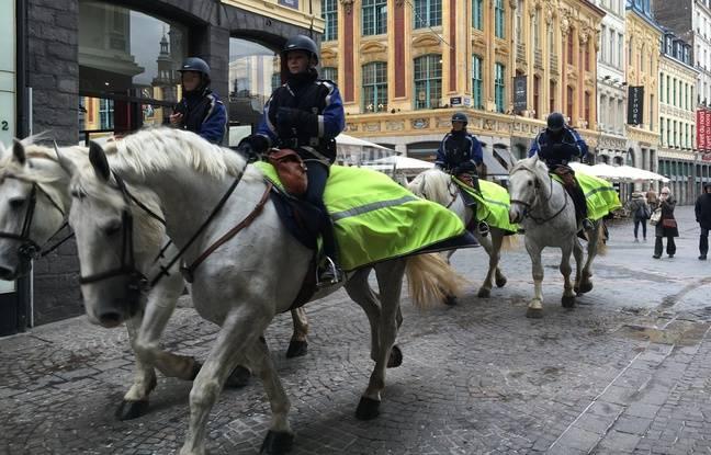 Lille, le 9 mars 2016. La police montée sécurise la manifestation contre le projet de loi El Khomri.